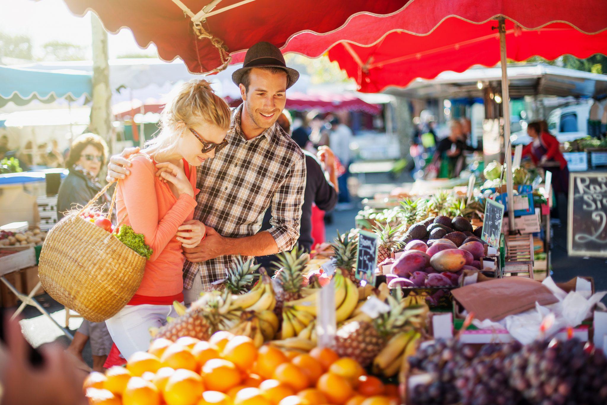 photo jeunes gens au marché